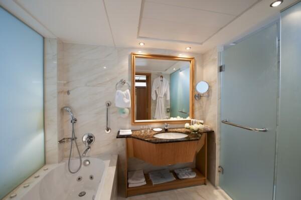 31 ATHENA BEACH HOTEL JUNIOR SUITE BATHROOM WITH JACUZZI