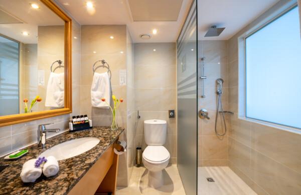 40 ATHENA BEACH HOTEL CLASSIC ROOM BATHROOM WITH SHOWER